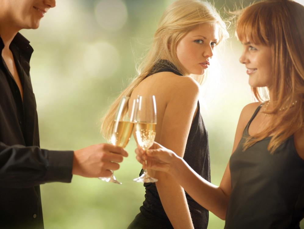 Смотреть онлайн как две девушки и парень