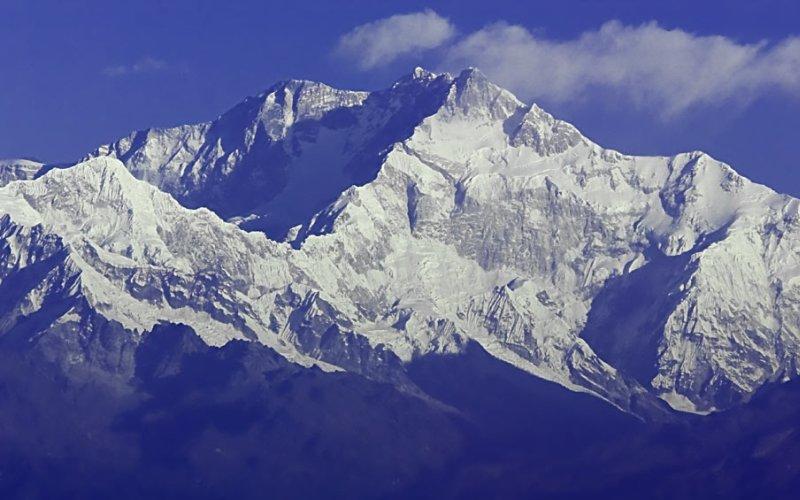 Канченджанга  Месторасположение: Непал, Индия. Гималаи Высота: 8 586 м Это третья по высоте гора в мире. Канченджанга является настоящим кошмаром альпиниста, так как здесь все время царит ненастная погода и то и дело срываются лавины. Только 190 смельчаков сумели подняться на вершину Канченджанга, а смертность среди альпинистов здесь достигает 22%.