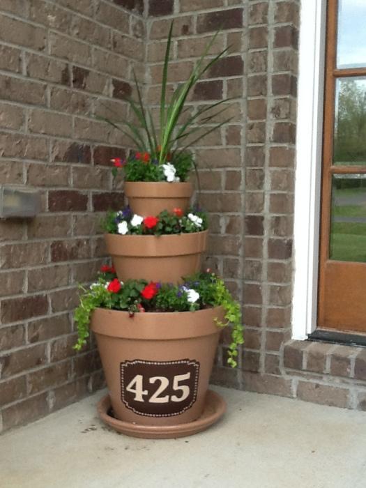 Крыльцо у загородного дома можно украсить небольшими, но оригинальными кашпо.