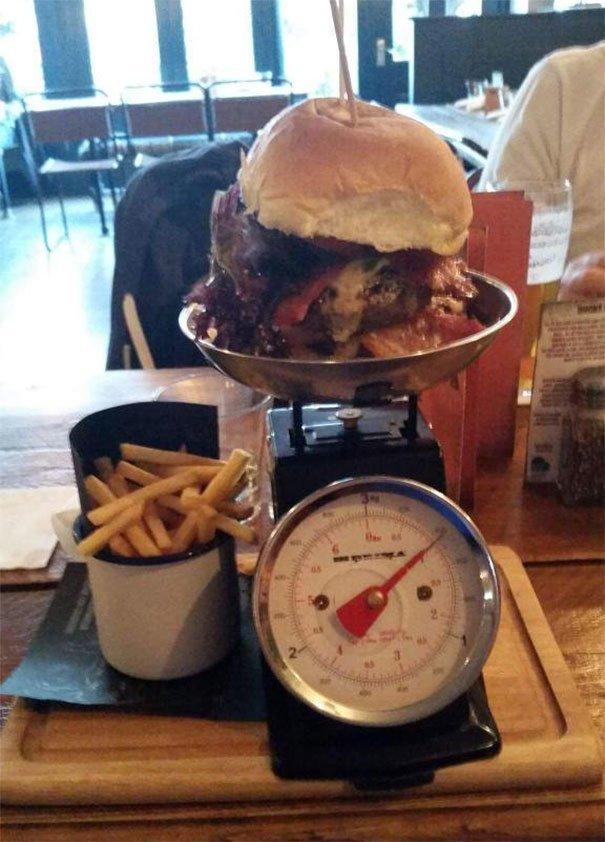 26. Бургер, требующий взвешивания блюдо, еда, идея, оригинальность, подача, ресторан, сервировка, странность