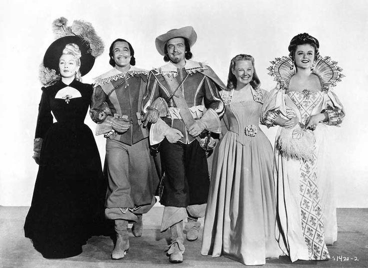 """Лана Тернер, Джин Келли и другие на съемках фильма """"Три мушкетера"""" 1948 год."""