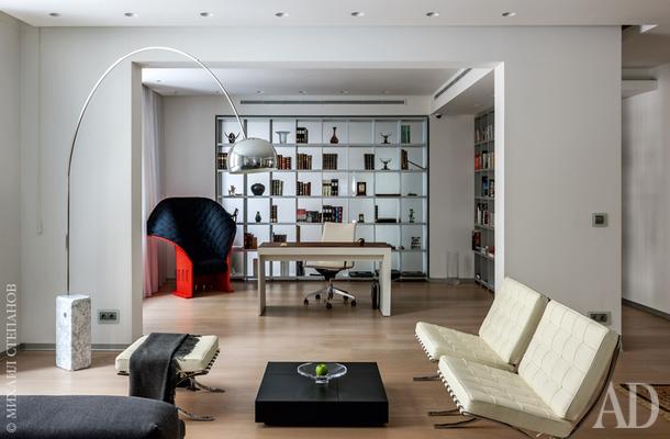Письменный стол, Poltrona Frau; стеллаж, Rimadesio; кресло Feltri. Смотрите весь проект по клику на изображение.