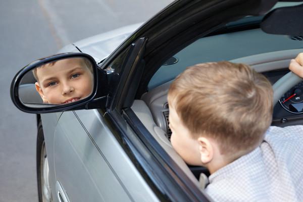 Новый скандал: пьяная мать посадила за руль 10-летнего сына