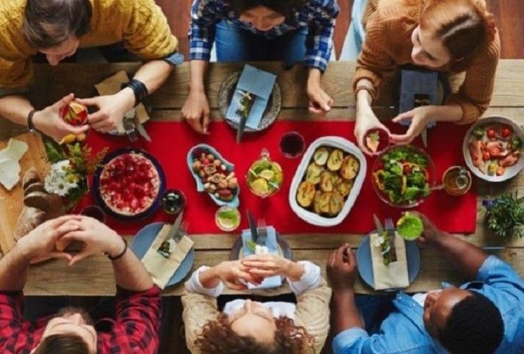 Почему нельзя говорить «приятного аппетита» гостям и доедать суп до конца