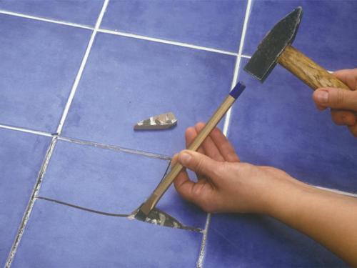 Процесс аккуратного «изъятия» старой плитки очень трудоёмкий