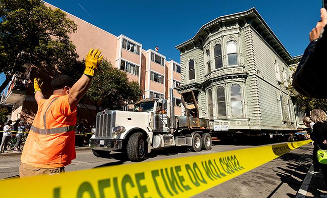 Мужчина не захотел переезжать из своего дома и перевез его вместе с собой на 7 кварталов