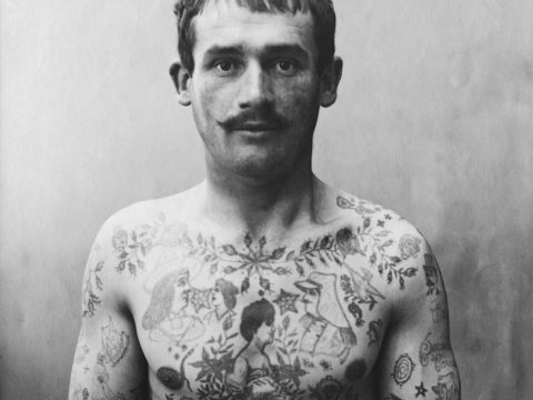 «Страдай, но молчи»: какие татуировки делали французские заключенные в XIX веке — и почему их искусство снова в моде