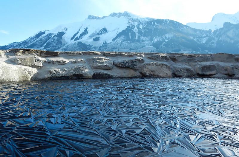 22. Необычный лёд на замёрзшем озере в Швейцарии. планета земля, удивительные фотографии, человек