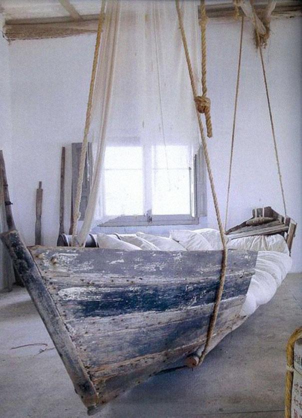 Старая лодка, превращенная в кровать