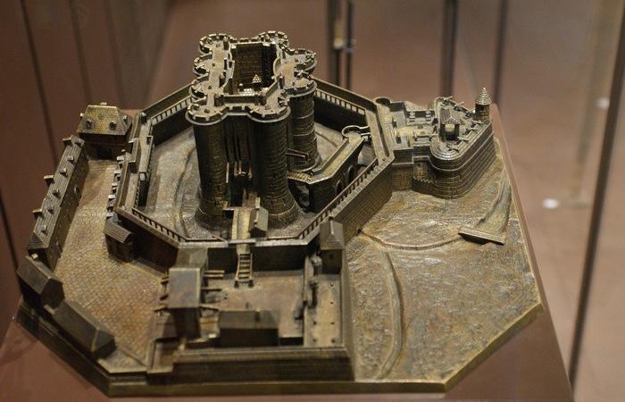 Бастилия - надвратная крепость.