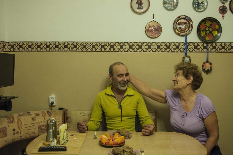 Сын научил Геннадия пользоваться интернетом. Теперь они вместе с женой общаются по Skype со всем миром. Геннадий часто заказывает вещи для своих увлечений через интернет - иначе их просто не достать в его поселке. жизнь, интернет, люди, россия
