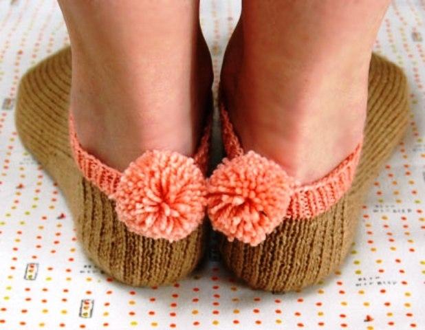 Вяжем носки с помпонами