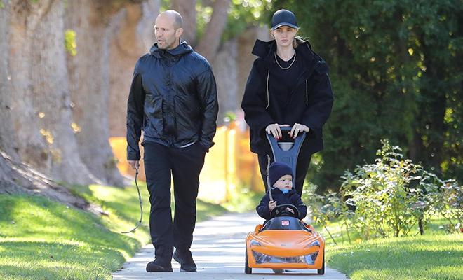 Папа научит: Рози Хантингтон-Уайтли и Джейсон Стэтхем на прогулке с сыном
