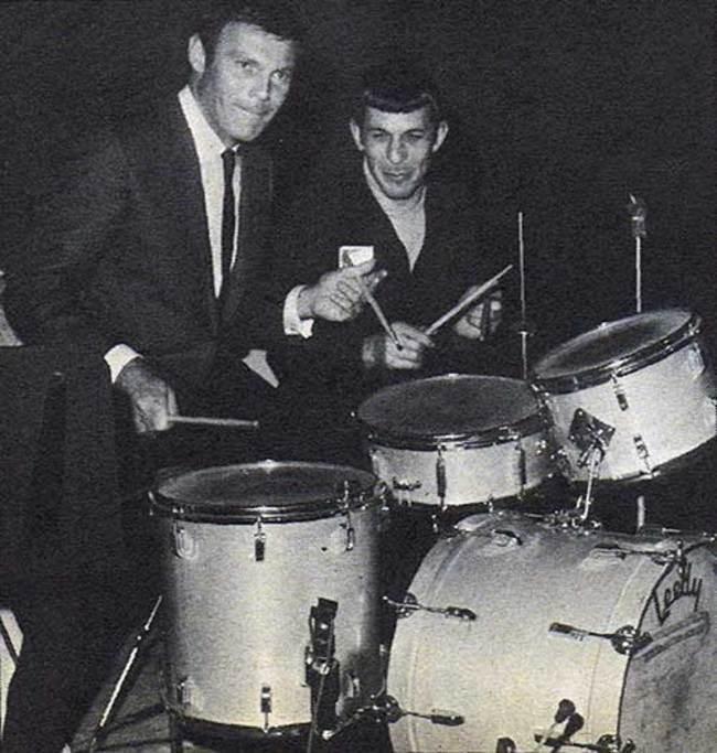 Адам Уэст (Бэтмен) и Леонард Нимой (Спок) дурачатся за барабанной установкой
