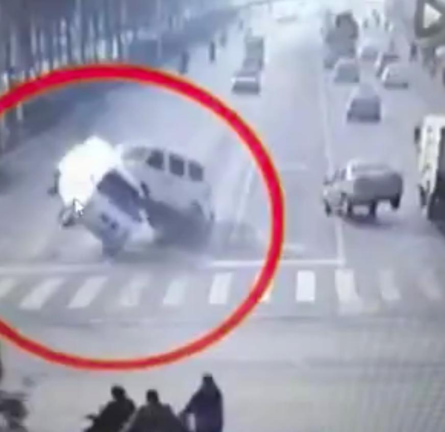Заснятая на видео таинственная сила подбрасывающая автомобили взорвала интернет