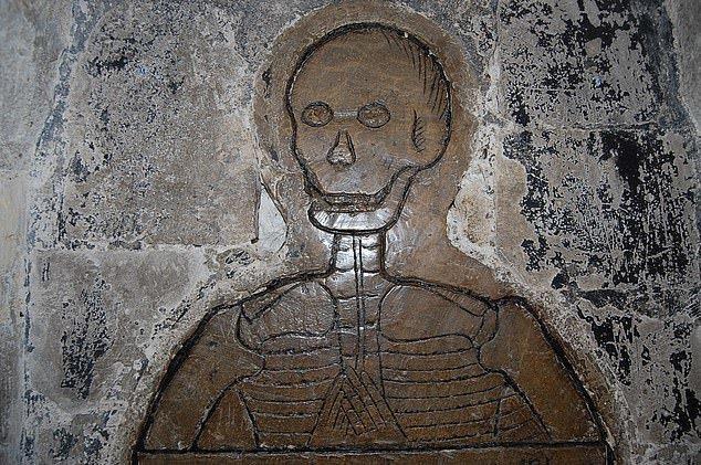 1. Изображение скелета на могиле - Нориджский собор артефакты, великобритания, мумии, путешественнику на заметку, реликвии, скелеты, старинные, церковь