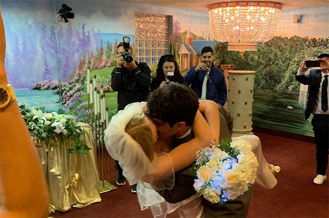 Софи Тернер и Джо Джонас поделились ранее не опубликованными фото со свадьбы в честь годовщины Тернер, публика, Пересматривать, ЧопраЭто, котором, торжество, свадебное, спонтанное, весьма, первое, слову, Приянка, узнала, ДжоСофи, поздравил, непосредственно, дружище—, Люблю, возьми, пультомЖенаты