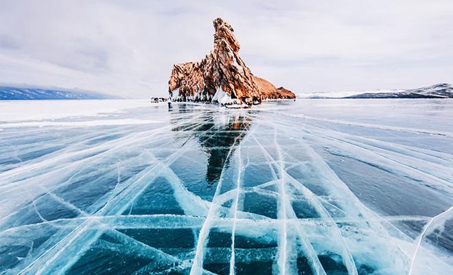 Видео: прогулка по прозрачному льду Байкала, под которым черная бездна глубины Культура
