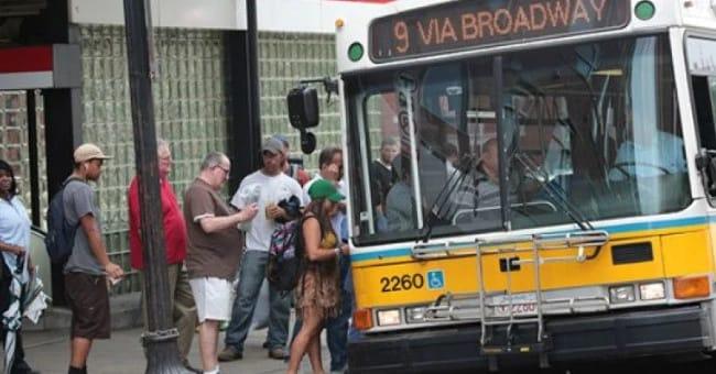 Женщина не могла подняться в автобус из-за узкой юбки. Тогда незнакомец предпринял это…