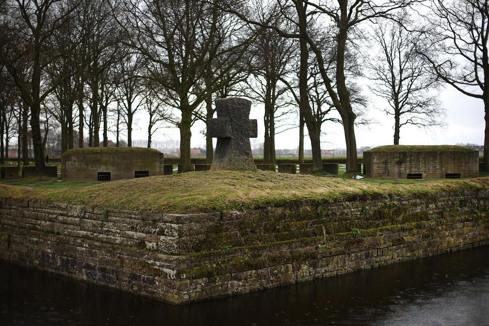 Оригинальные боевые бункеры на немецком кладбище Лангемарк в Поэлькапелле, Бельгия