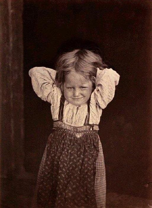 Карельская девочка в старинной одежде свободного кроя. Беломорская Карелия, 1894 год. Автор фотографии: Инха (Нюстрём) Инто Конрад.