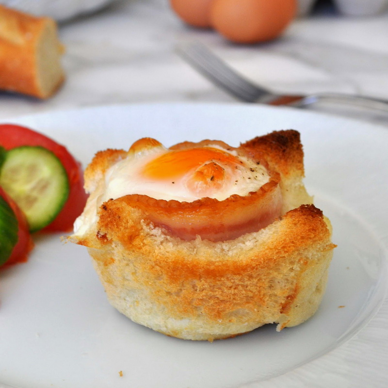 Великолепный завтрак от Мануэлы – яйцо, бекон, хлеб и сыр в чашке!