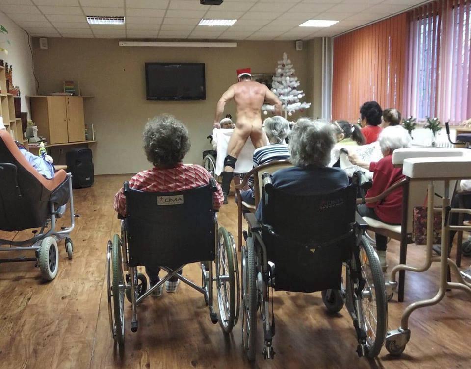 Чешские пенсионерки заказали стриптизера в дом престарелых