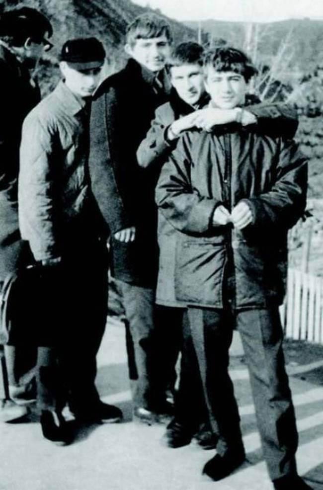 Юный Владимир Путин (второй слева в кепке)