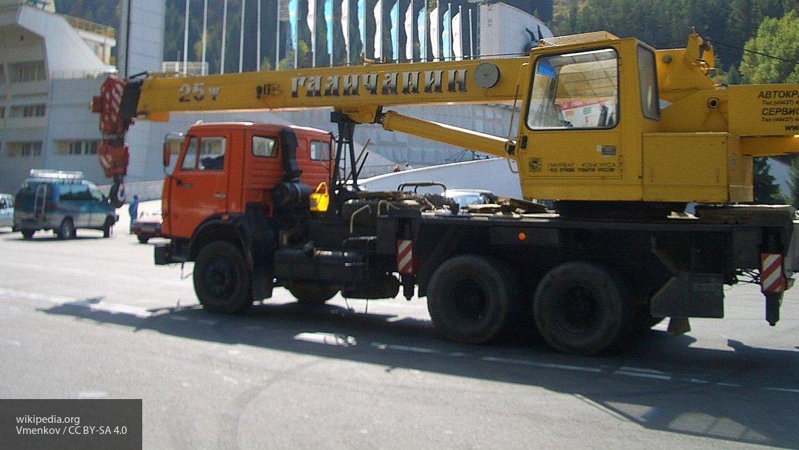 Водитель грузовика, задевший опору виадука во Владивостоке, возместит ущерб
