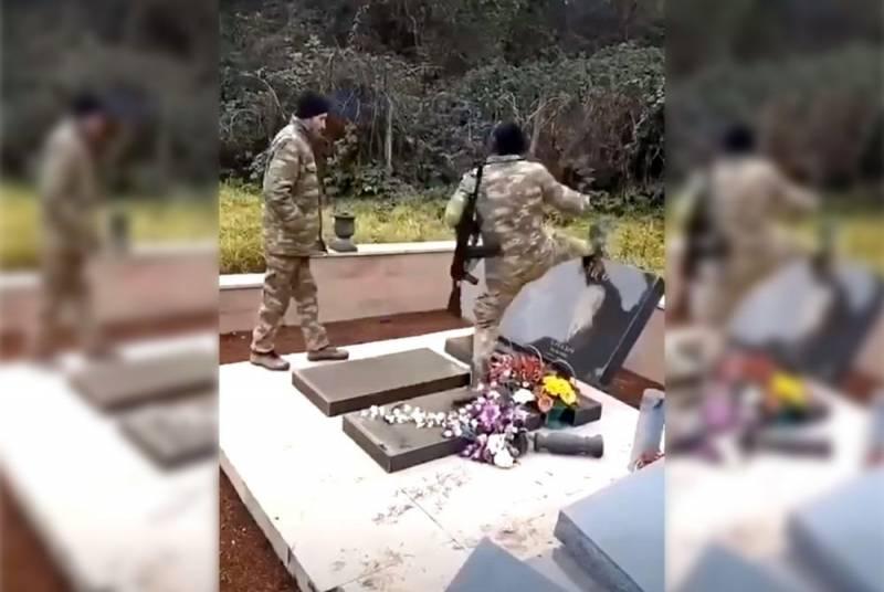 Азербайджанские военные разрушают могилы армян в Карабахе Новости