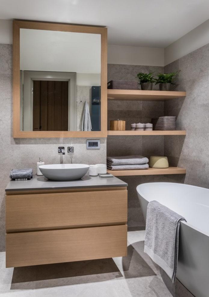 ниша с деревянными полками в интерьере ванной
