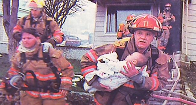 Пожарный вынес из огня маленькую девочку. Спустя 17 лет она отблагодарила его особым образом!