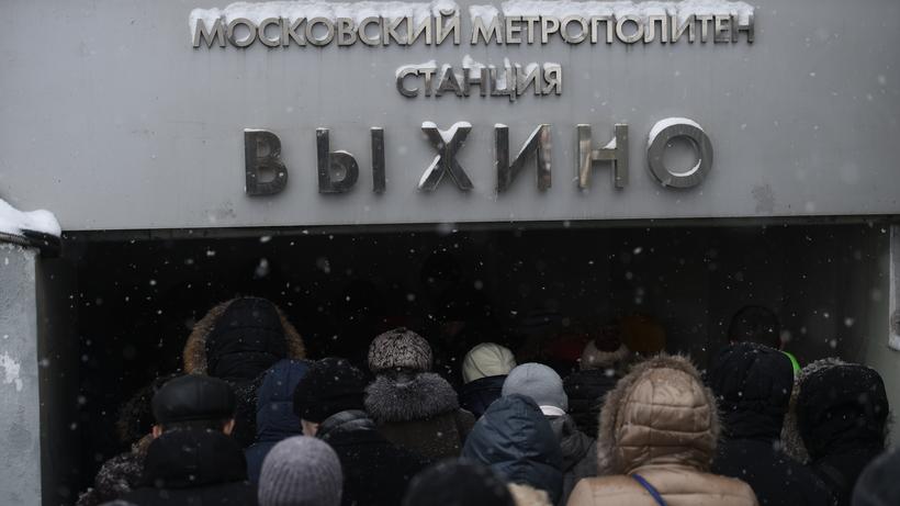 Москвичам посоветовали укрываться от сильного ветра в метро