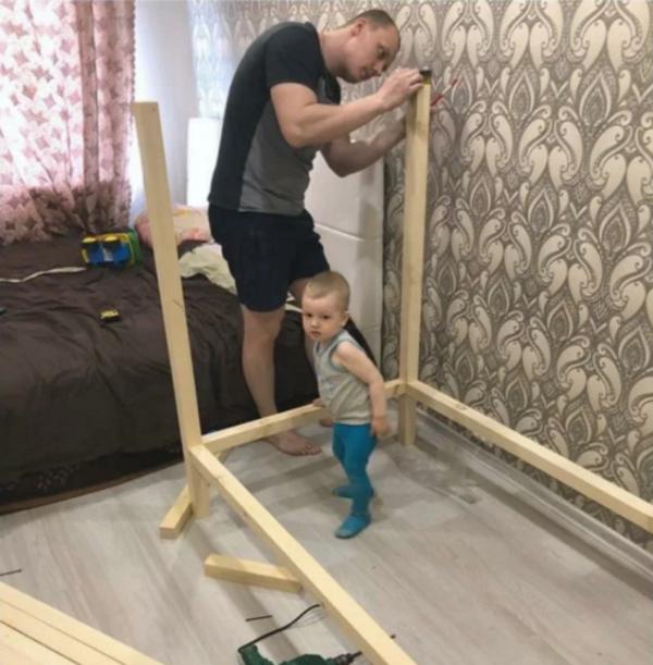 Отец сделал кроватку для сына своими руками
