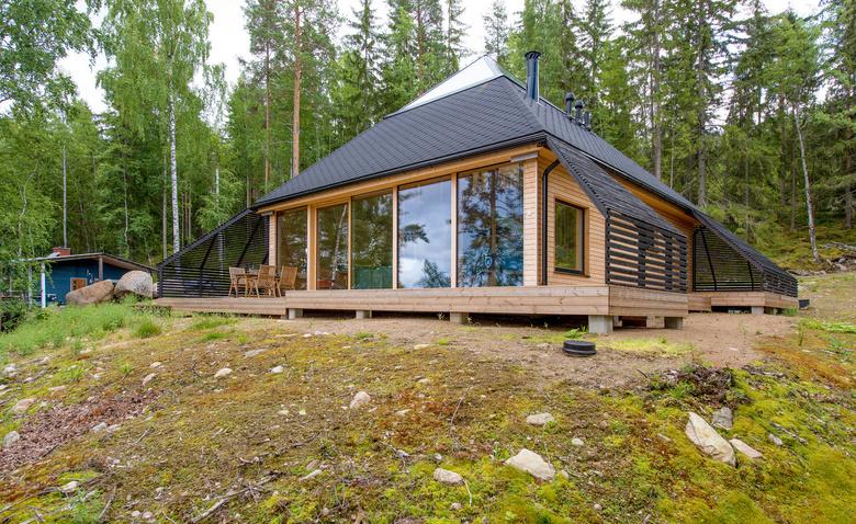 Дом-пирамида на берегу финского озера