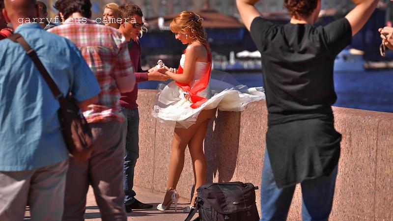 Поднятые юбки у девушек