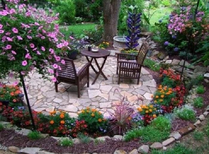Отправляюсь во двор своего частного дома наводить красоту
