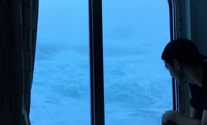 Не хотим тонуть: пассажиры сняли 9-метровые волны из каюты круиз,лайнер,Пространство,титаник,шторм