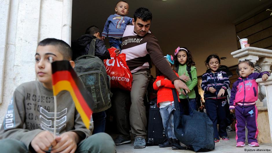 Германия прощается с беженцами читая Майн Кампф