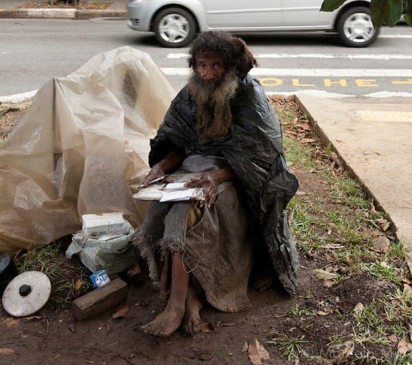 Каждый день она проходила мимо бездомного, который постоянно что-то писал. Его история поражает!