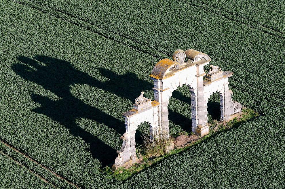 Реконструированные ворота замка Шато де Супир на севере Франции