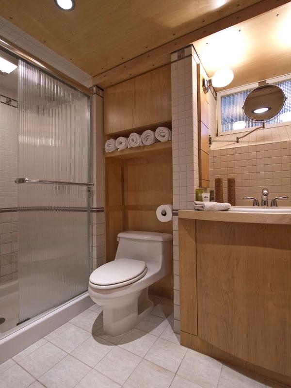 Встроенный шкафчик в туалете с полкой