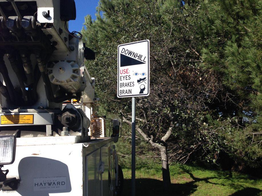 В США дорожные знаки просят водителей включать мозги