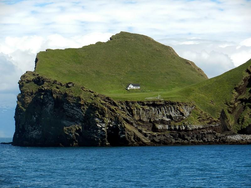 2. Одинокий дом на острове. Исландия.