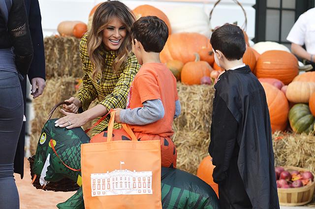 Дональд и Мелания Трамп отпраздновали Хэллоуин в Белом доме и угостили детей сладостями