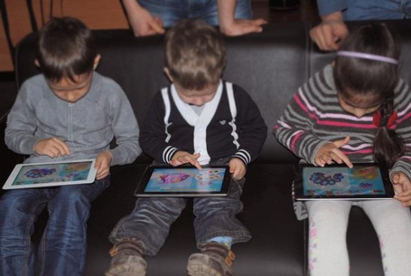 Дети много уделяют времени играм на телефоне