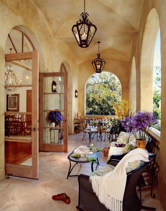 Крыльцо-веранда с местом для отдыха и с различными декоративными элементами.