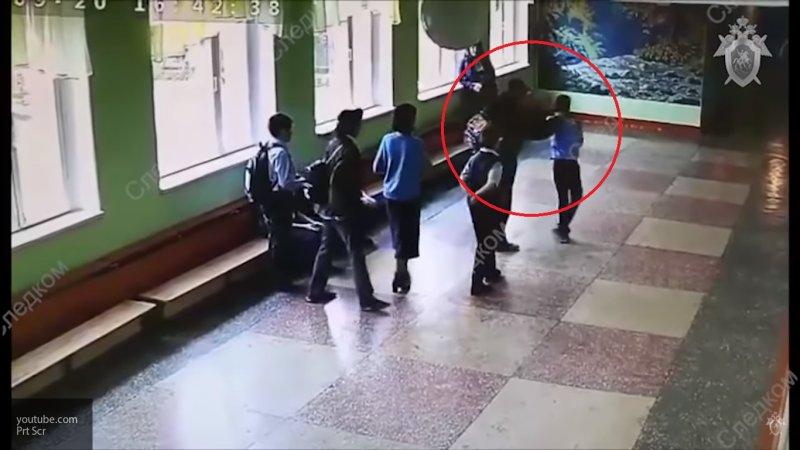 Появилось видео, как в Челябинске родитель избил школьника прямо на глазах у других детей
