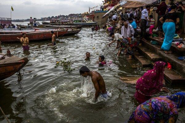 Индийцы без боязни окунаются в воды реки