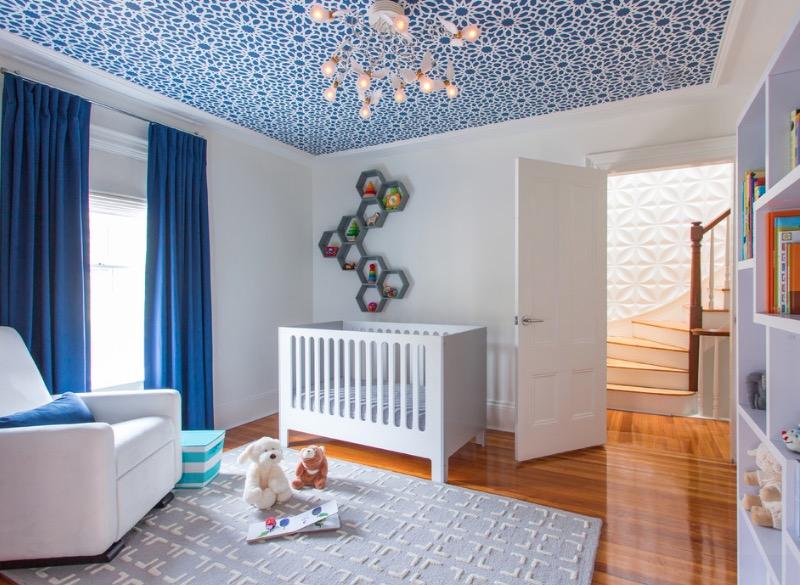 Синие шторы, белые стены и полочка над кроватью